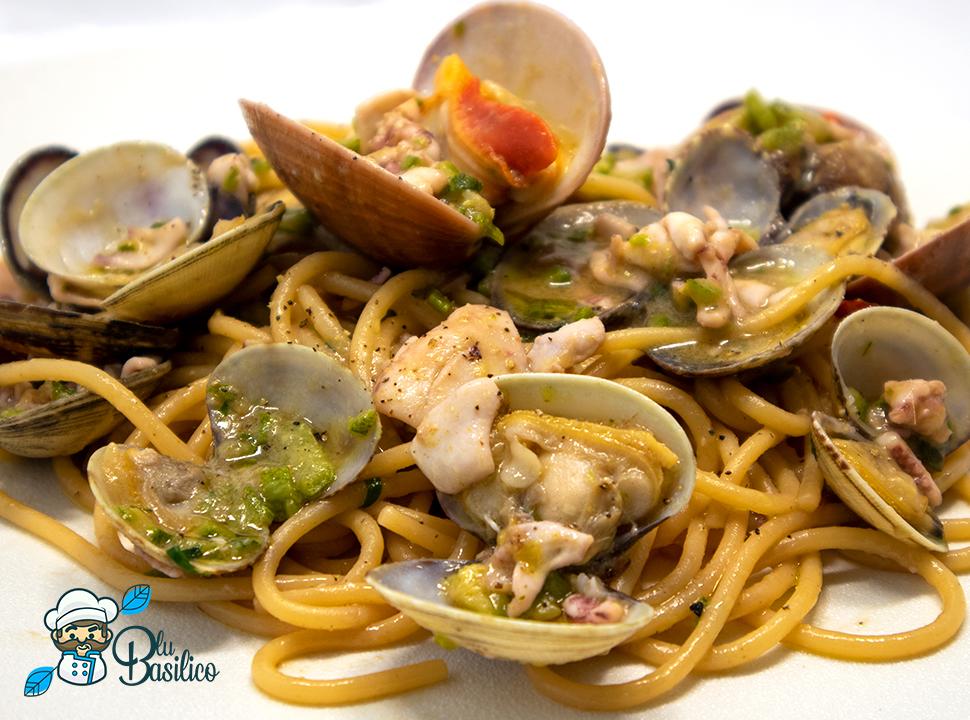 spaghetti con zucchine vongole calamari e fasolari